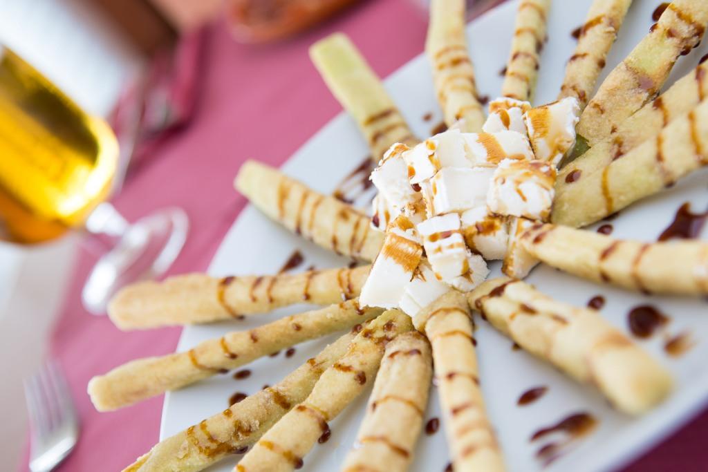 Berenjenas fritas con miel de caña y queso de cabra